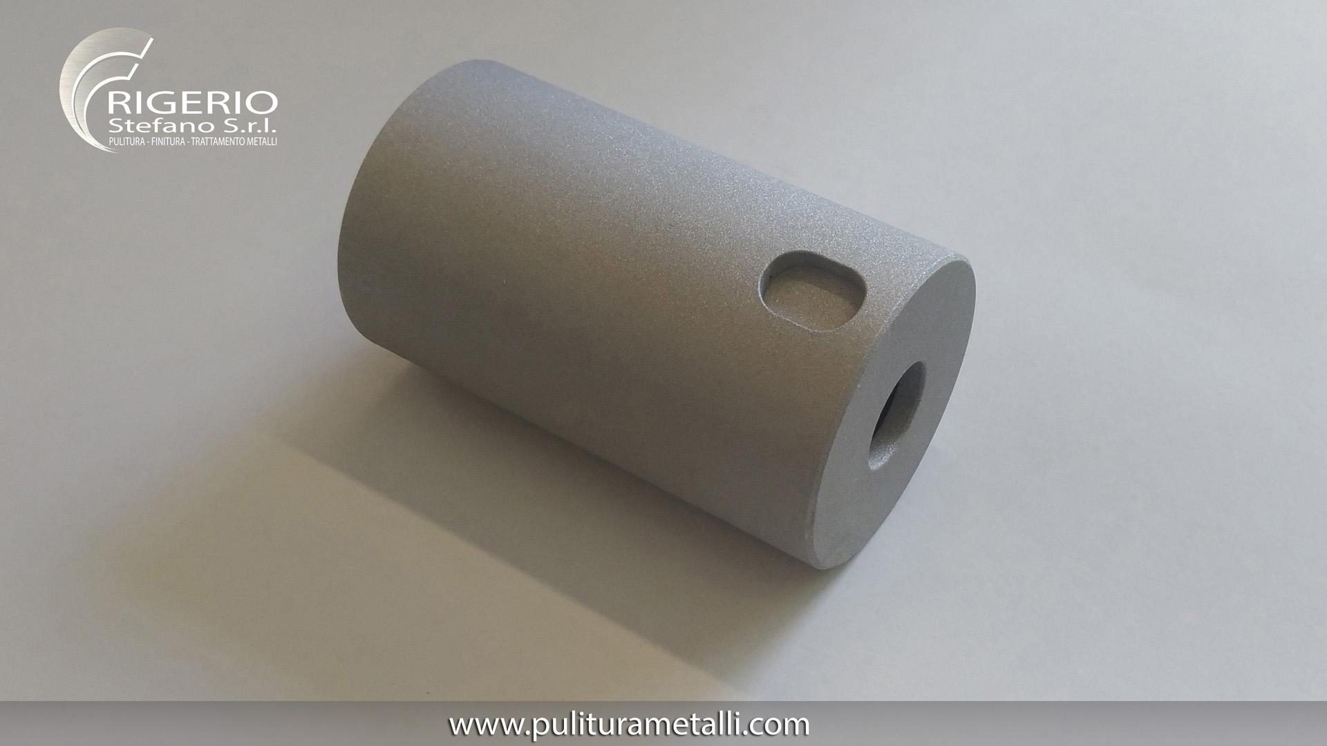 Pallinatura-Corindone - Lavorazione meccanica che conferisce al prodotto trattato un aspetto di rugosità uniforme e omogenea. Consiste nell'abrasione della superficie del metallo mediante un getto d'aria e sabbia (graniglia). La rugosità della superficie dopo sabbiatura dipende dalla pressione del getto, dal materiale e dimensione della graniglia utilizzata per l'abrasione. Viene effettuata usando microgranuli-polvere-sabbia di corindone. Il corindone è un minerale (ossido di alluminio) di elevata durezza e resistenza alle alterazioni. Utilizzato industrialmente per la preparazione di abrasivi. E' presente in varietà gemmologiche. (Smeriglio, Rubino, Zaffiro, …). Frigerio s.r.l. Pulitura – Finitura – Trattamento Metalli www.puliturametalli.com Una gamma completa di lavorazioni per i metalli. #Lucidatura #Smerigliatura #Satinatura #Sabbiatura #Pallinatura #magnetoscopio #qualità #criogenico #pulitura #metalli #puliturametalli #finiturametalli #trattamento #trattamenti ================================== Graphics & Movie edited by www.pigikappa.com